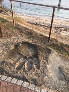 横須賀の観音崎のたたら浜にあるゴジラの足跡