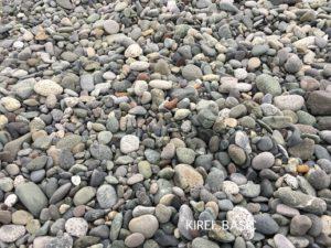 御幸の浜は海岸線に砂利が多いのが特徴