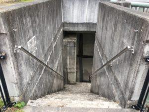 ダム階段入り口がかなり恐怖な感じ